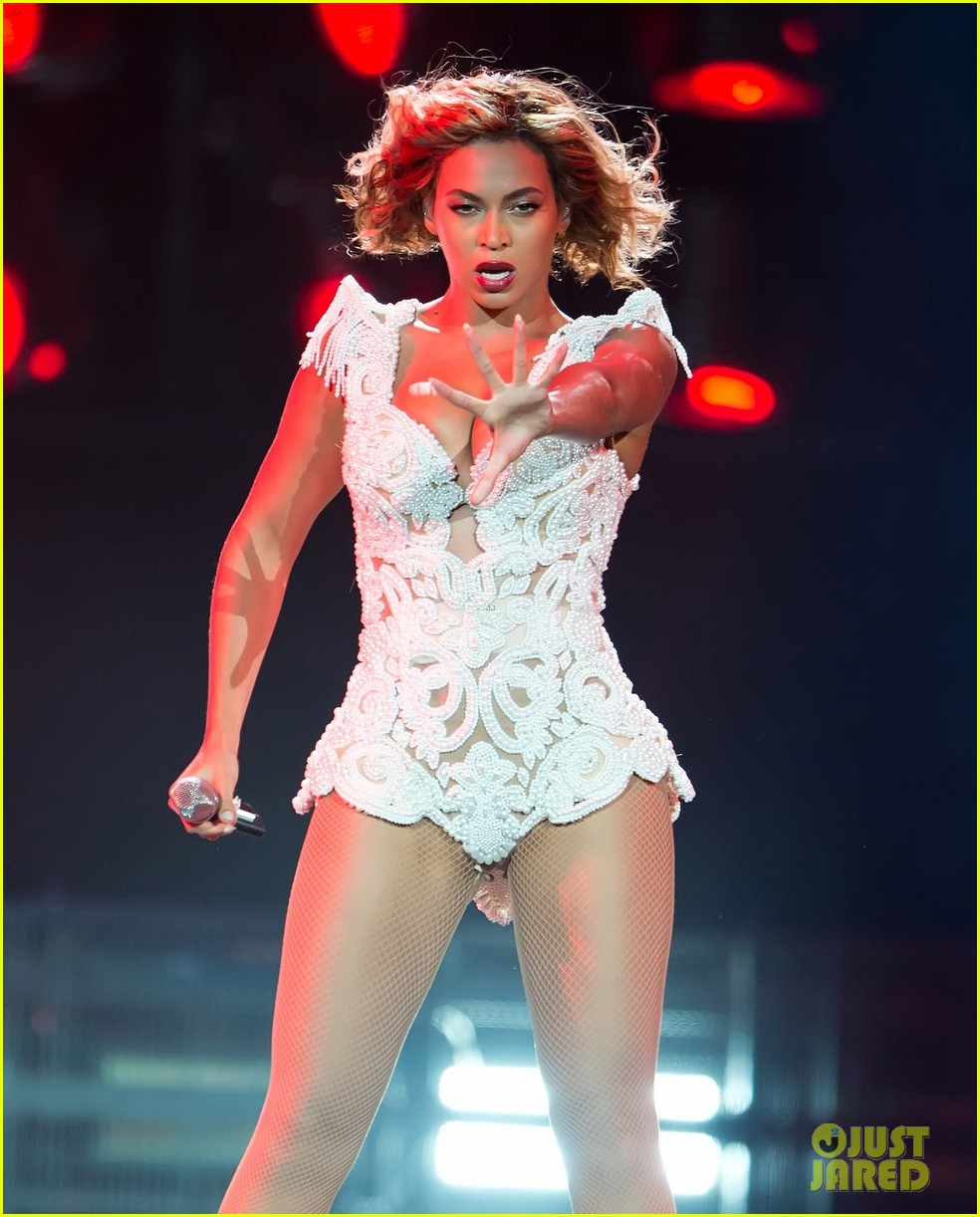 beyonce rocks new outfit at made in america festival 06
