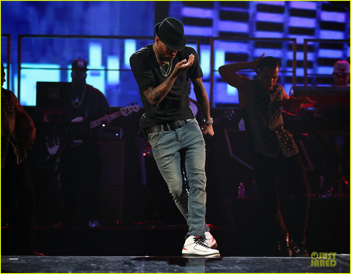 chris brown flashy dance moves at iheartradio music festival 19