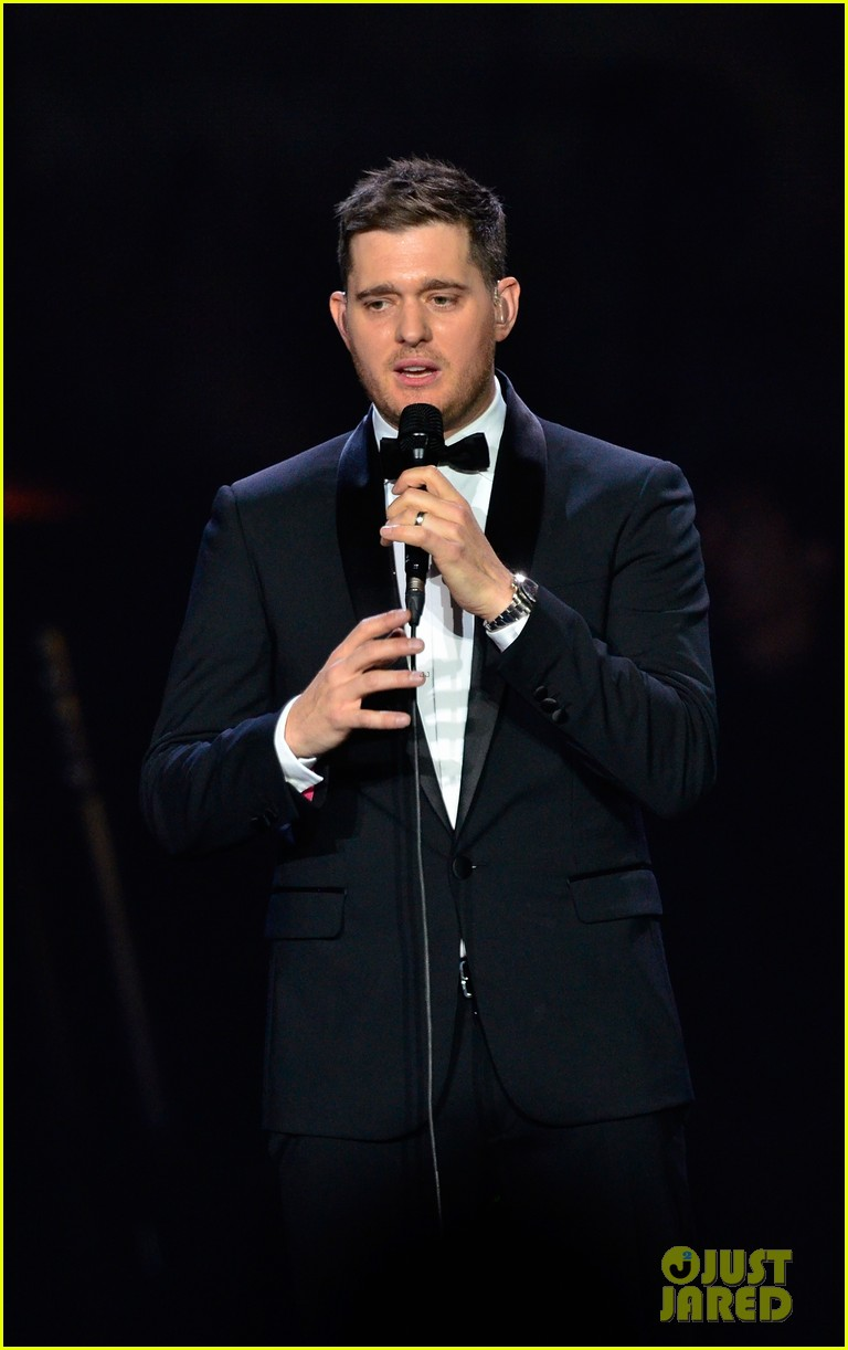 michael buble ends concert with amazing unplugged moment 04