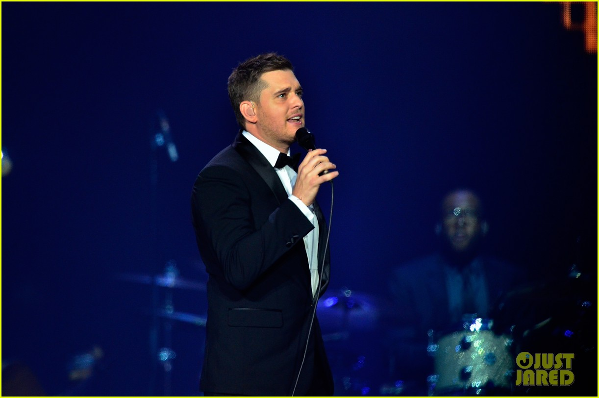 michael buble ends concert with amazing unplugged moment 072963128