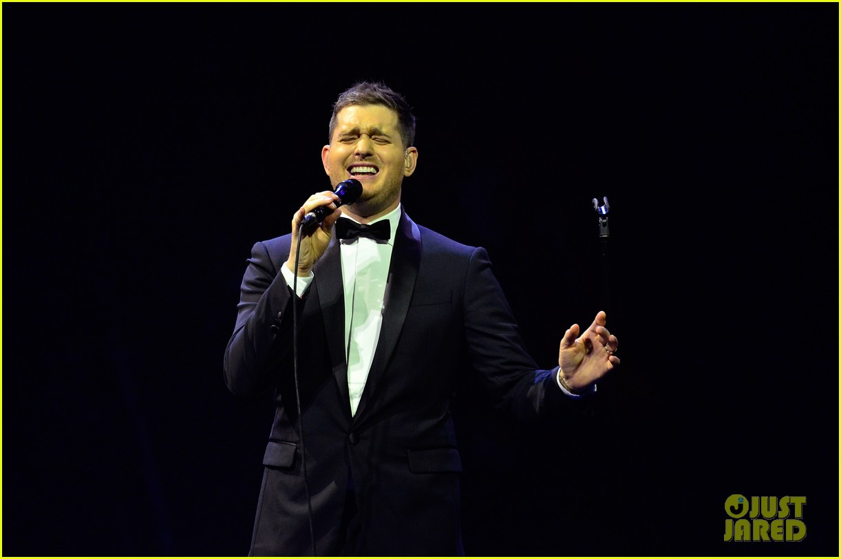 michael buble ends concert with amazing unplugged moment 08