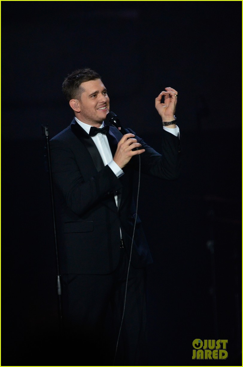 michael buble ends concert with amazing unplugged moment 21