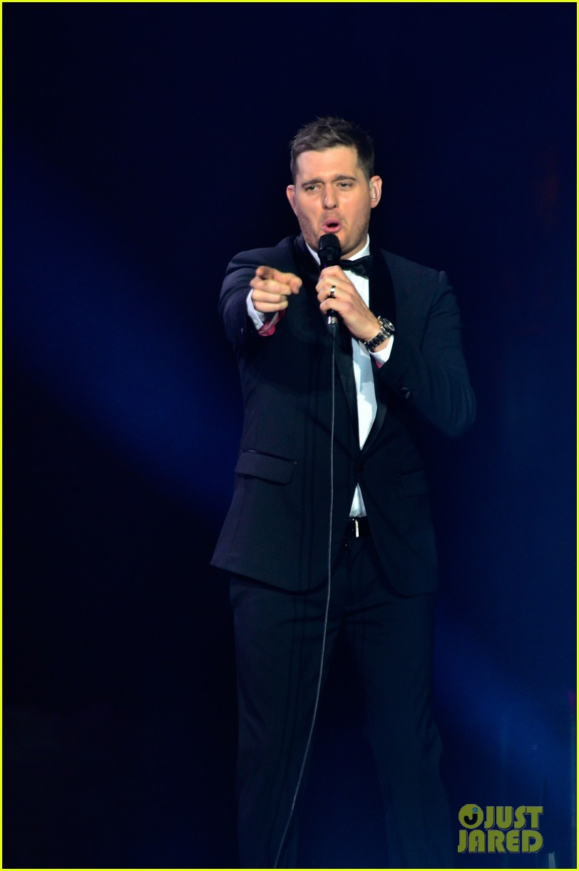 michael buble ends concert with amazing unplugged moment 242963145