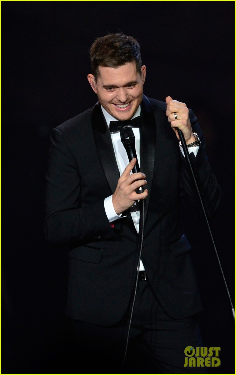 michael buble ends concert with amazing unplugged moment 302963151