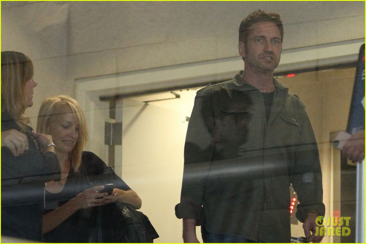 gerard butler catches a flight out of los angeles 02