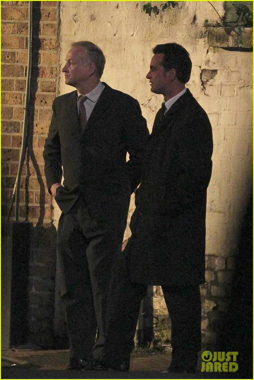 henry cavill suits up on man from uncle set 09