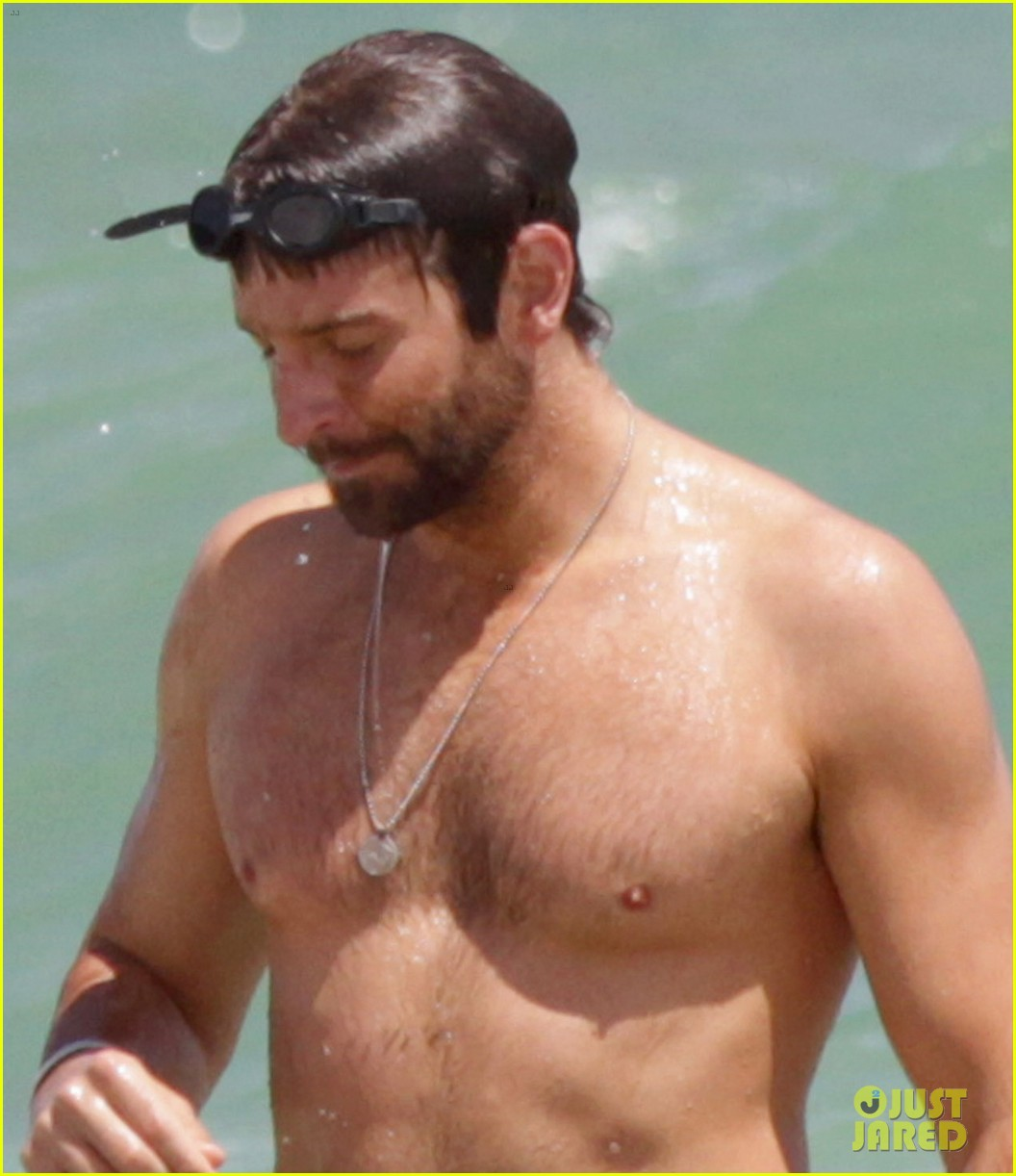 bradley cooper shirtless at the beach with suki waterhouse 04