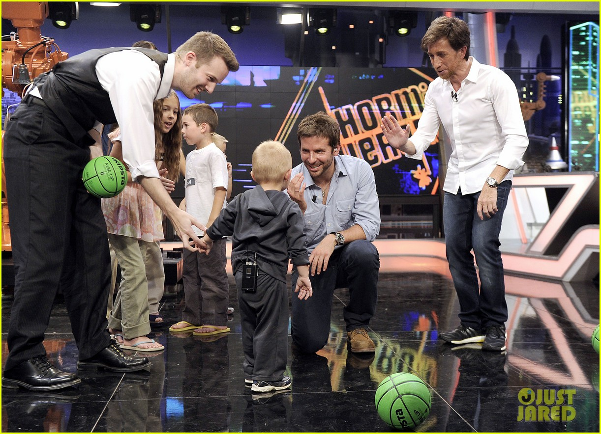 bradley cooper shoots hoops on el hormiguero 03