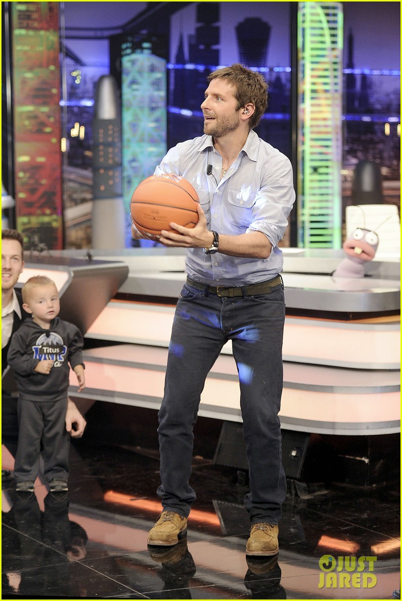bradley cooper shoots hoops on el hormiguero 13