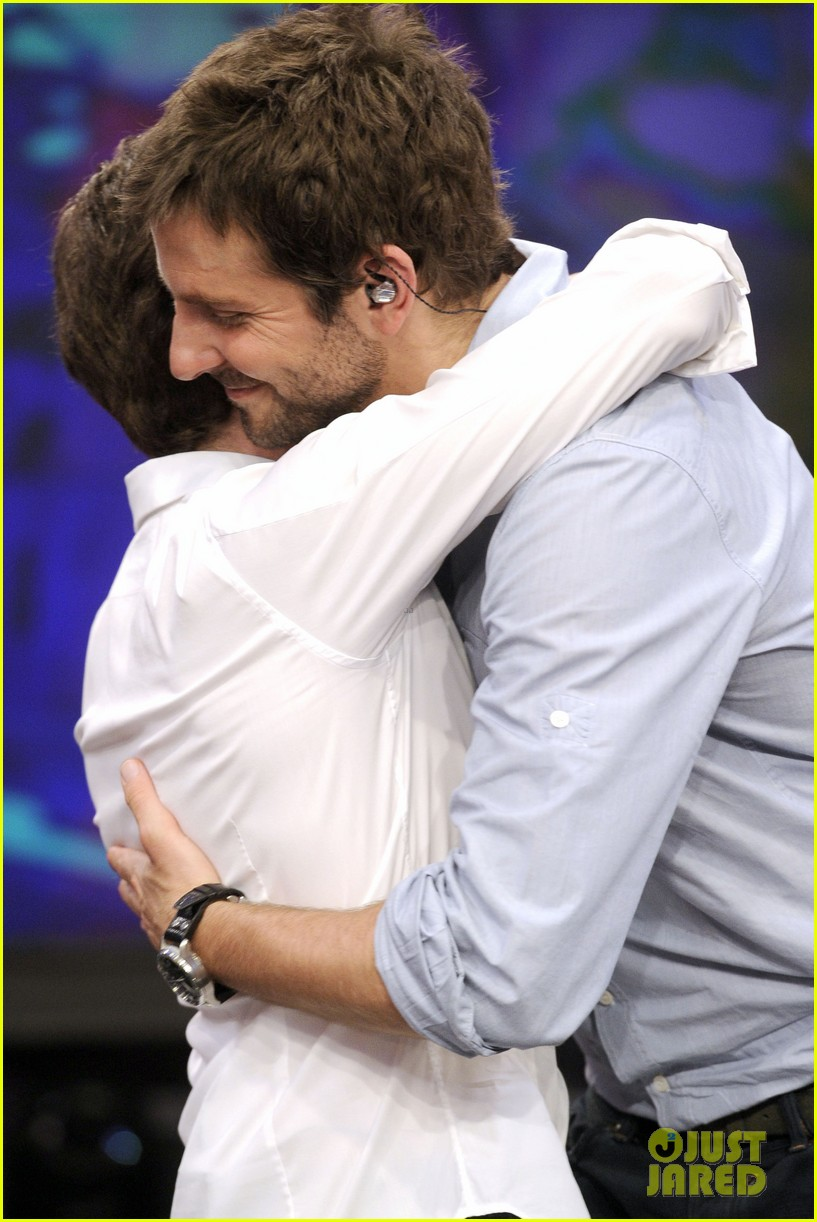 bradley cooper shoots hoops on el hormiguero 17