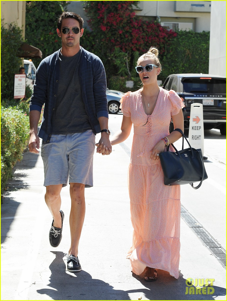 kaley cuoco fiance ryan sweeting hold hands at lunch 082961898