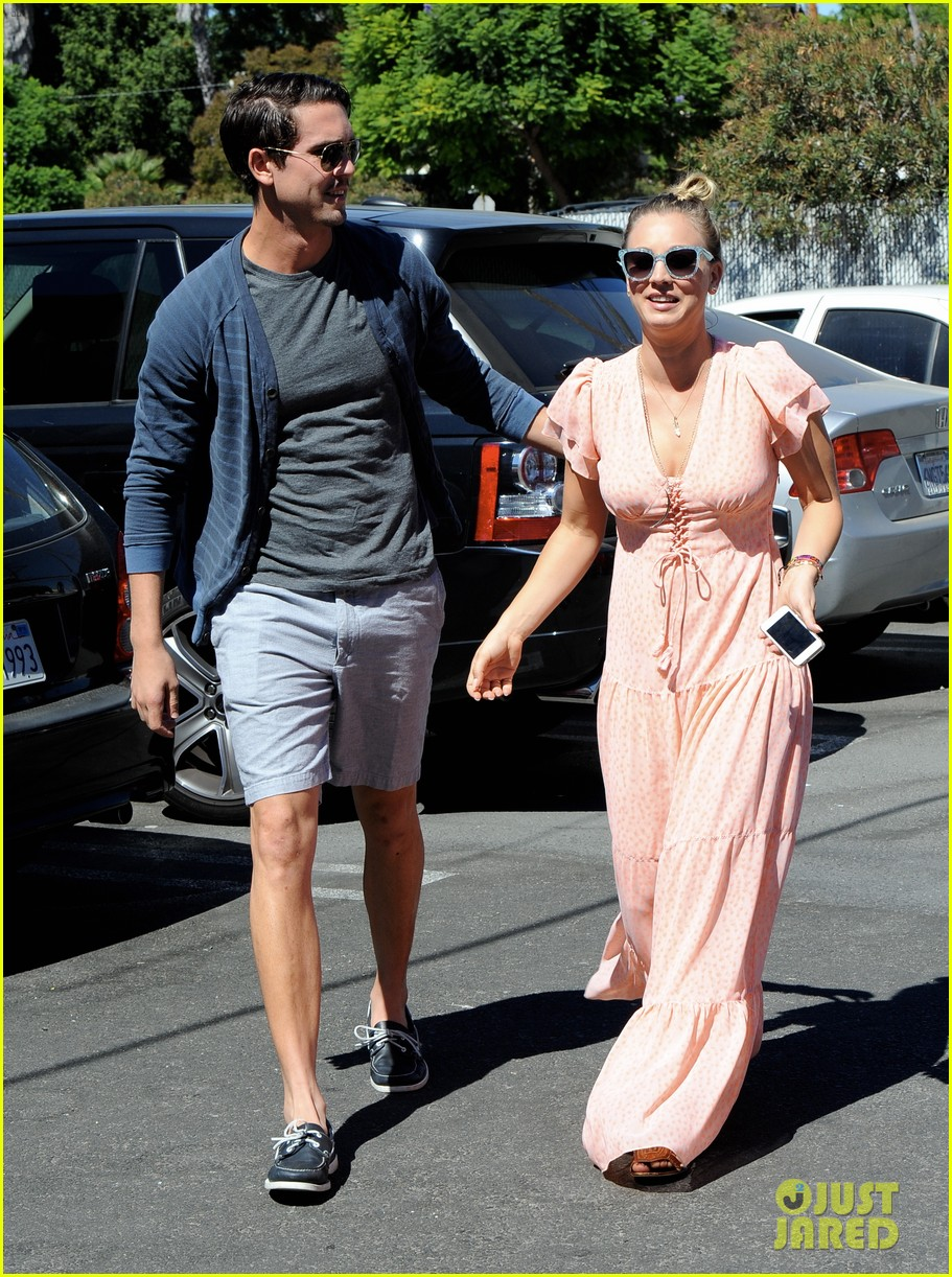 kaley cuoco fiance ryan sweeting hold hands at lunch 20