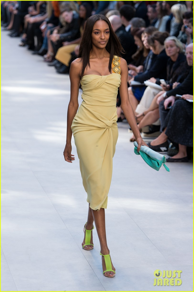 cara delevingne jourdan dunn walk in burberry show 022953478