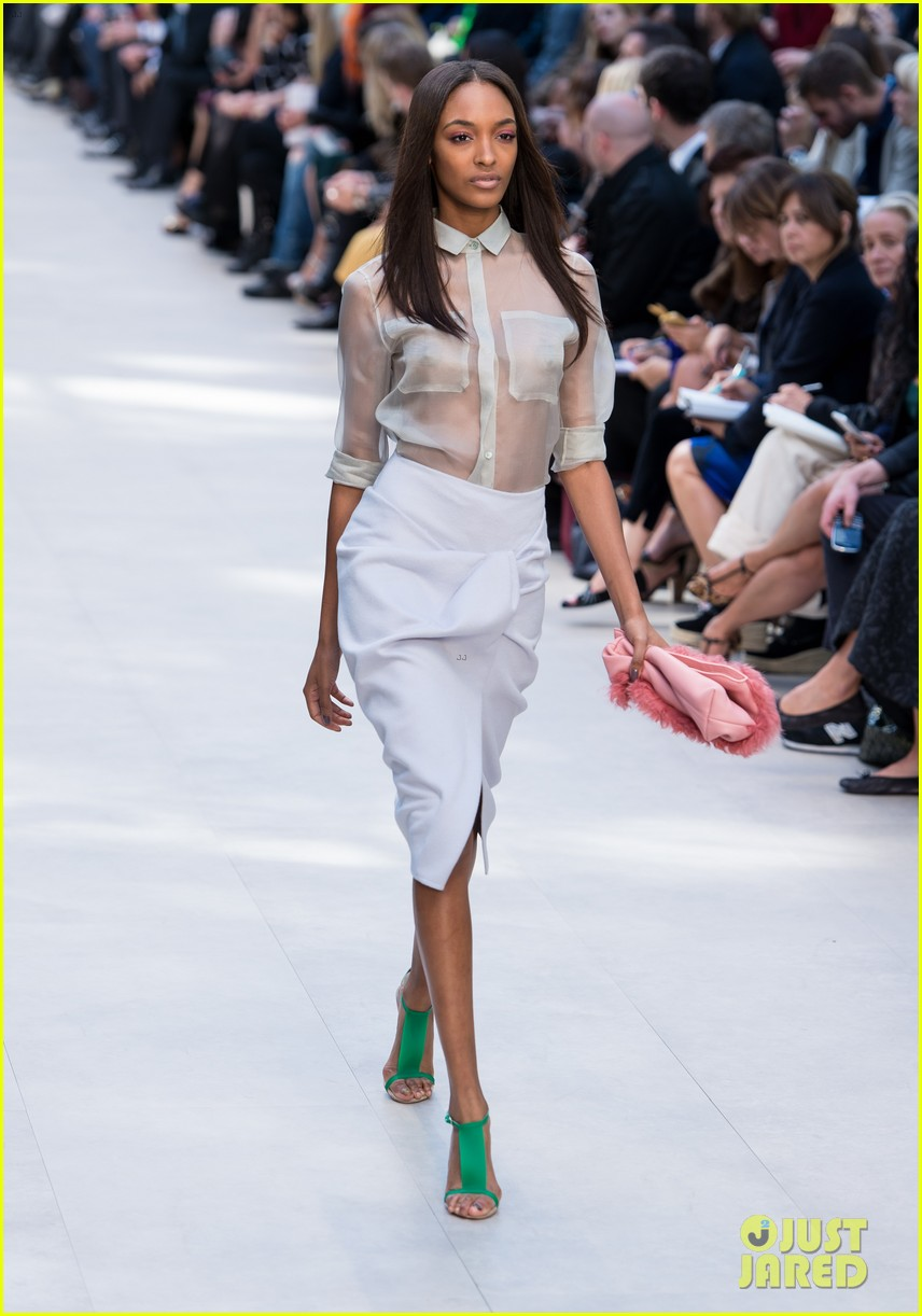 cara delevingne jourdan dunn walk in burberry show 05