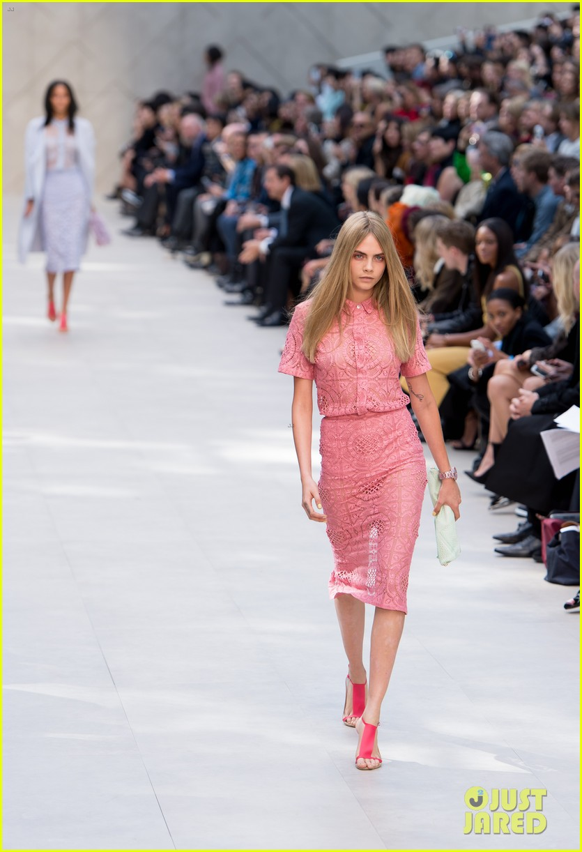 cara delevingne jourdan dunn walk in burberry show 092953485