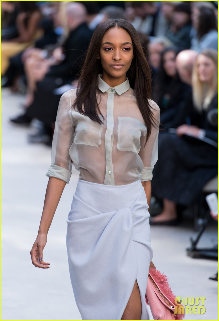 cara delevingne jourdan dunn walk in burberry show 142953490