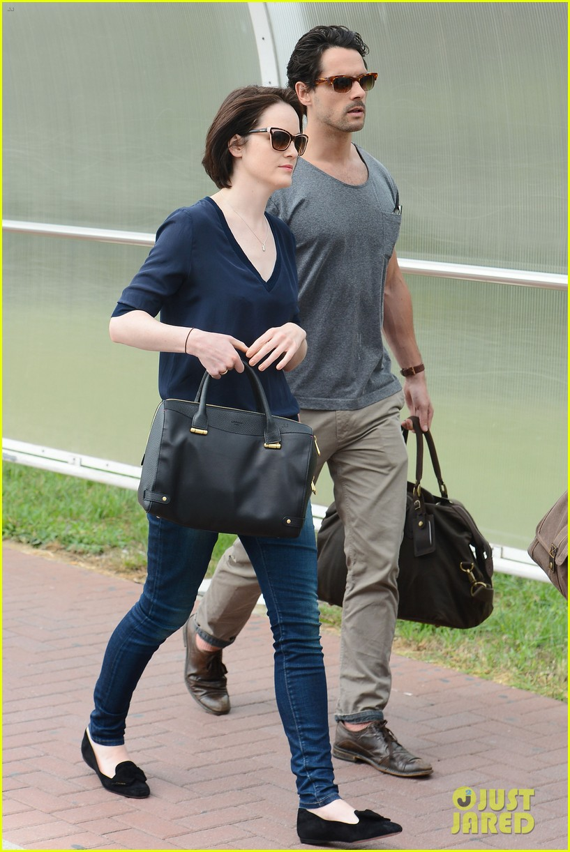 michelle dockery new boyfriend hold hands at venice airport 08