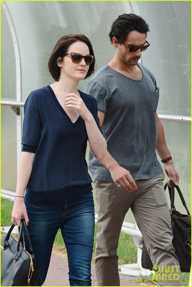michelle dockery new boyfriend hold hands at venice airport 11