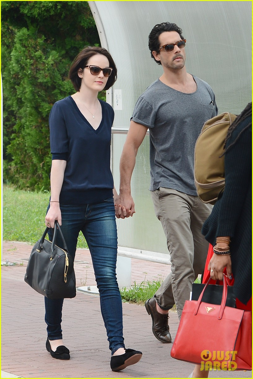 michelle dockery new boyfriend hold hands at venice airport 15