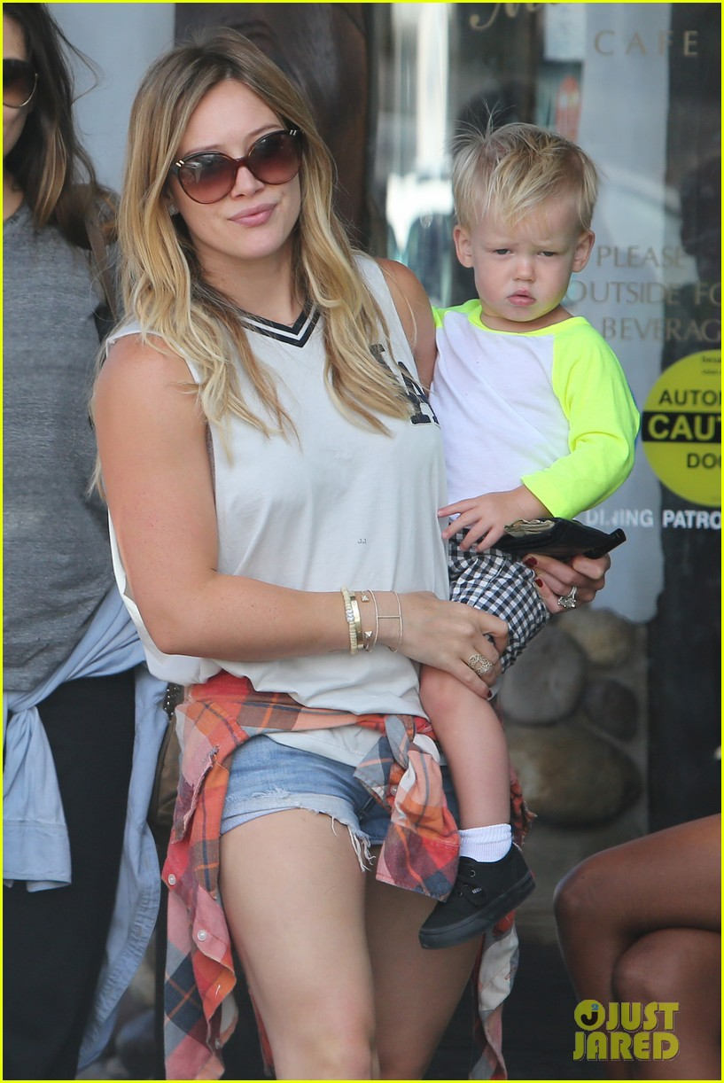 hilary duff mike comrie malibu beach with luca 01