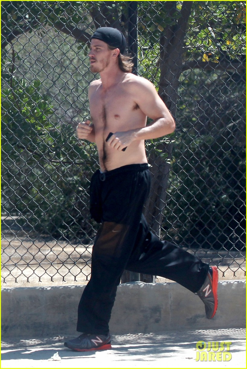 garrett hedlund goes shirtless for run kirsten dunst shops 04