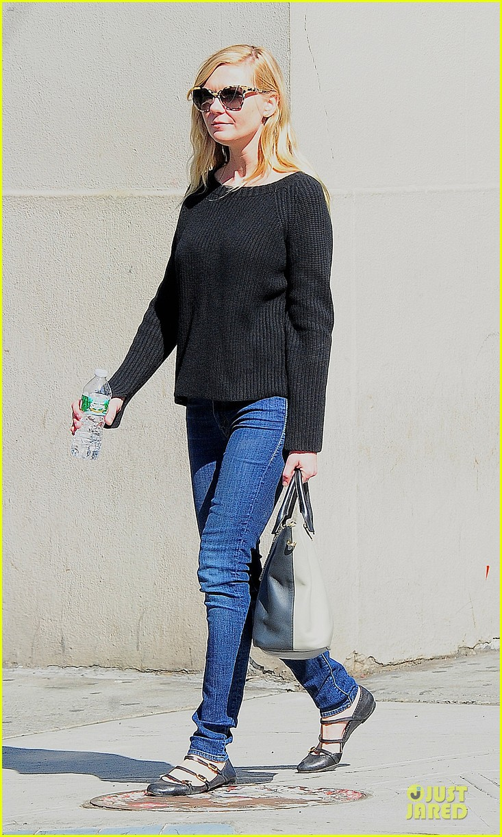 kirsten dunst shops for new sunglasses in nyc 01
