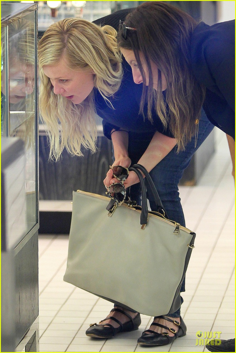 kirsten dunst shops for new sunglasses in nyc 102962085