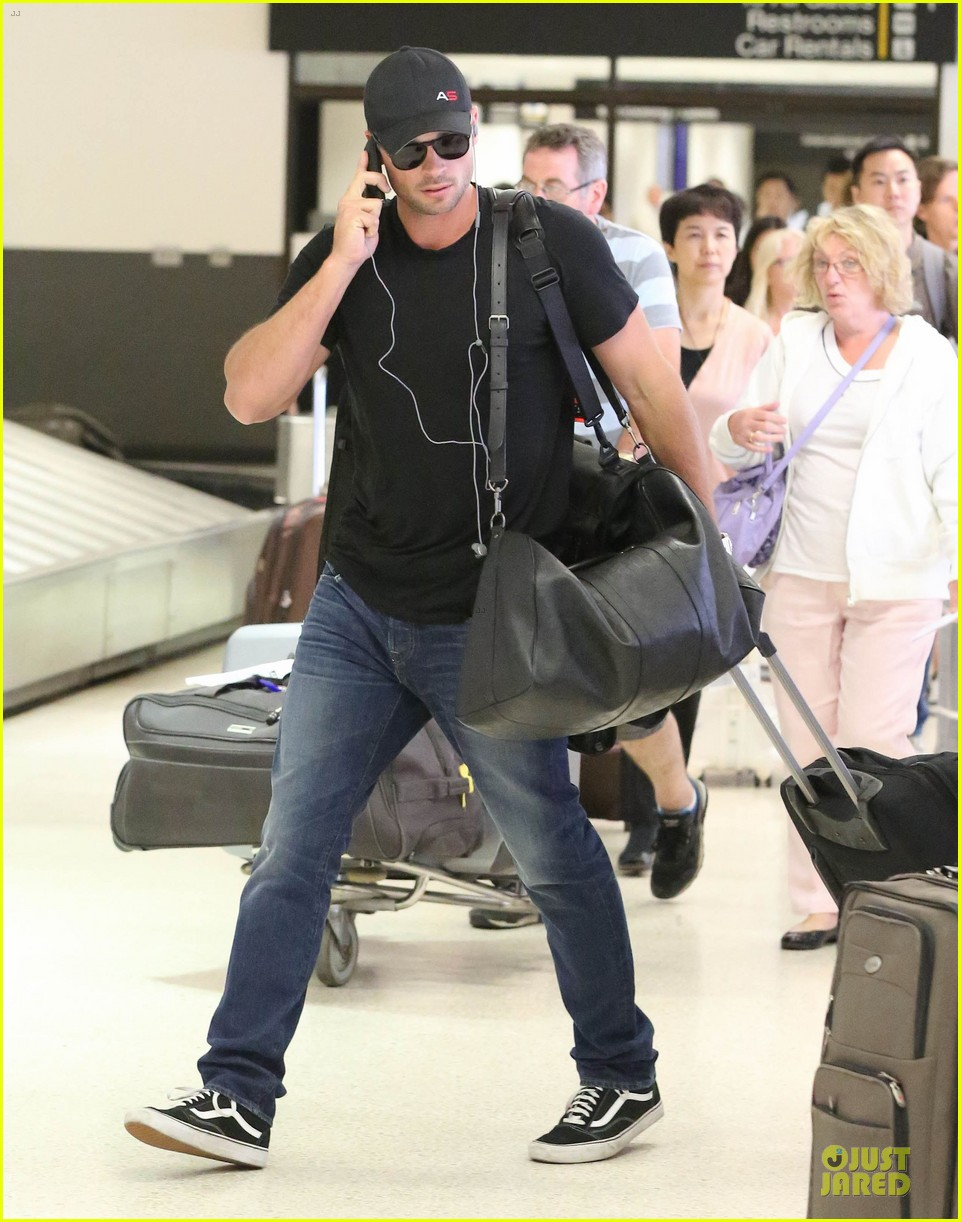 zac efron tom welling lax arrival after toronto film festival 12
