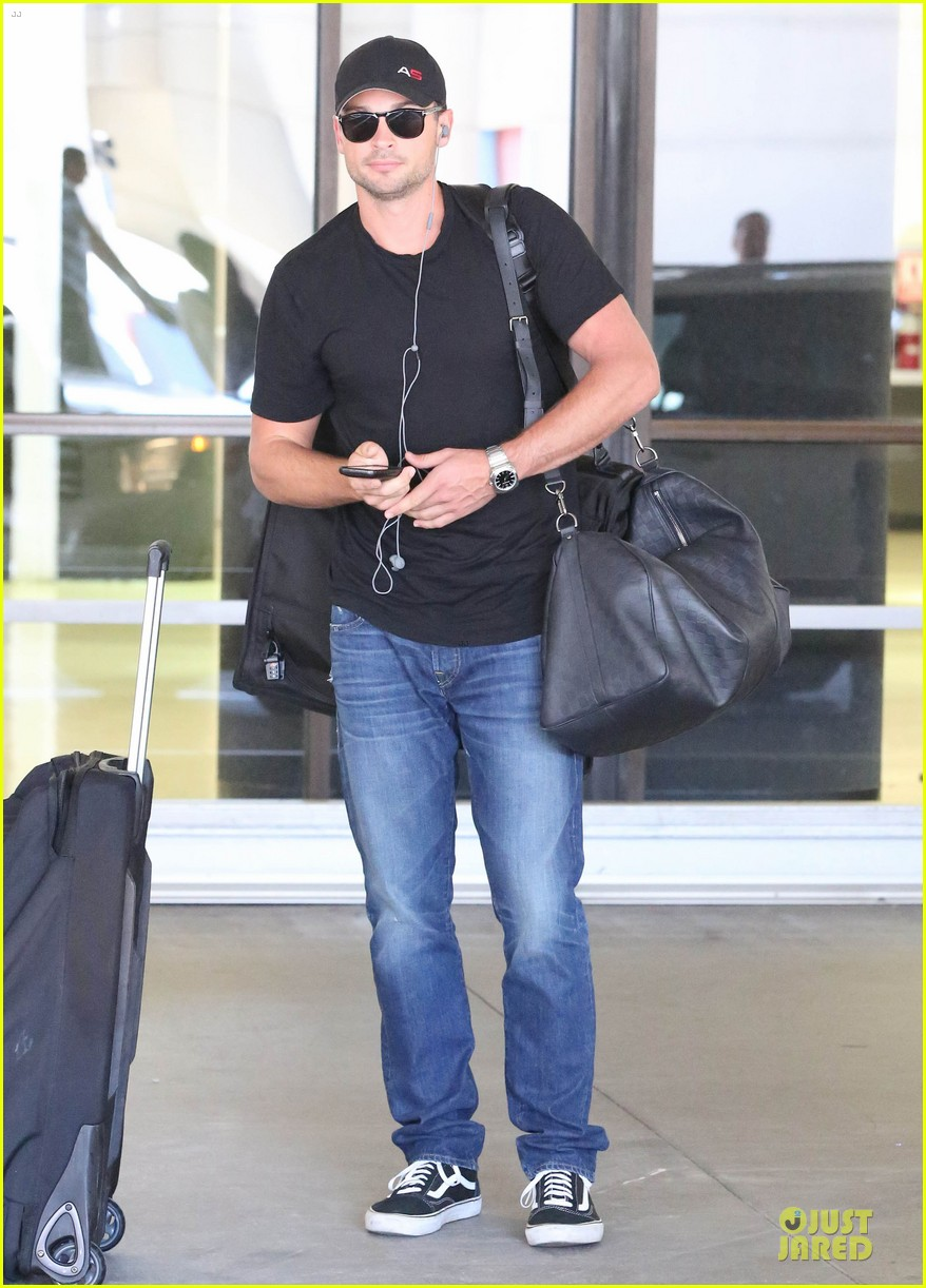zac efron tom welling lax arrival after toronto film festival 18