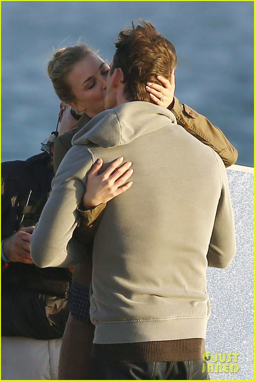 emily vancamp kisses barry sloane for revenge 04