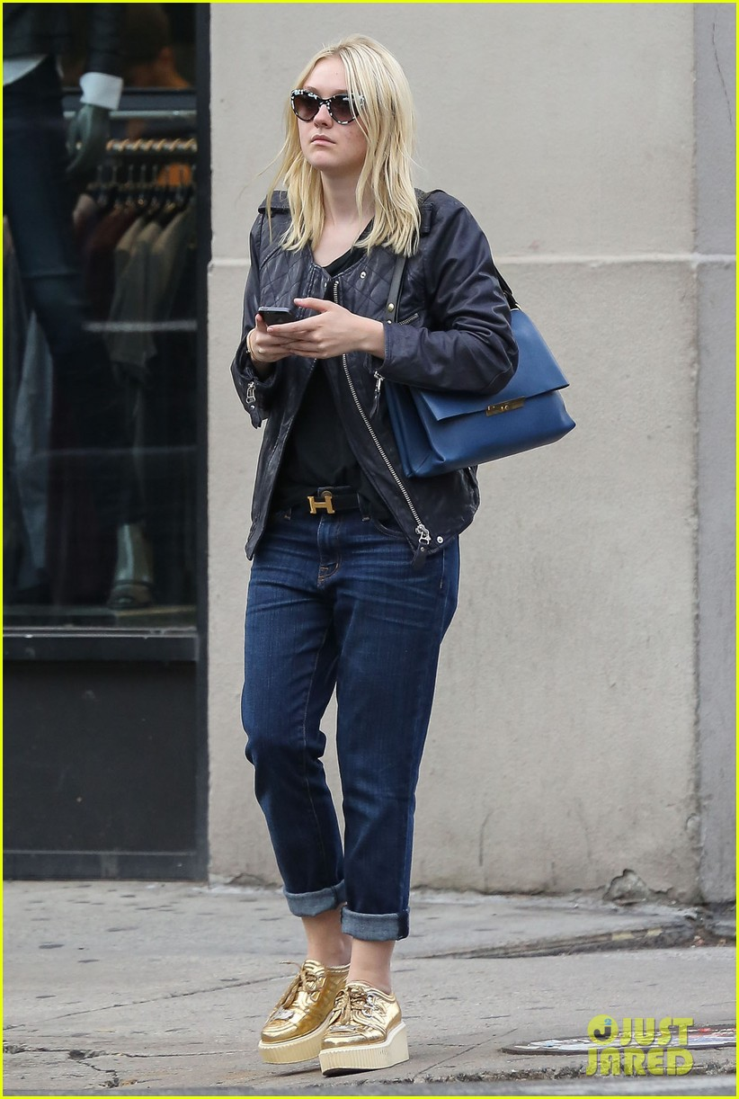 dakota fanning jamie strachan hold hands in new york 032943947