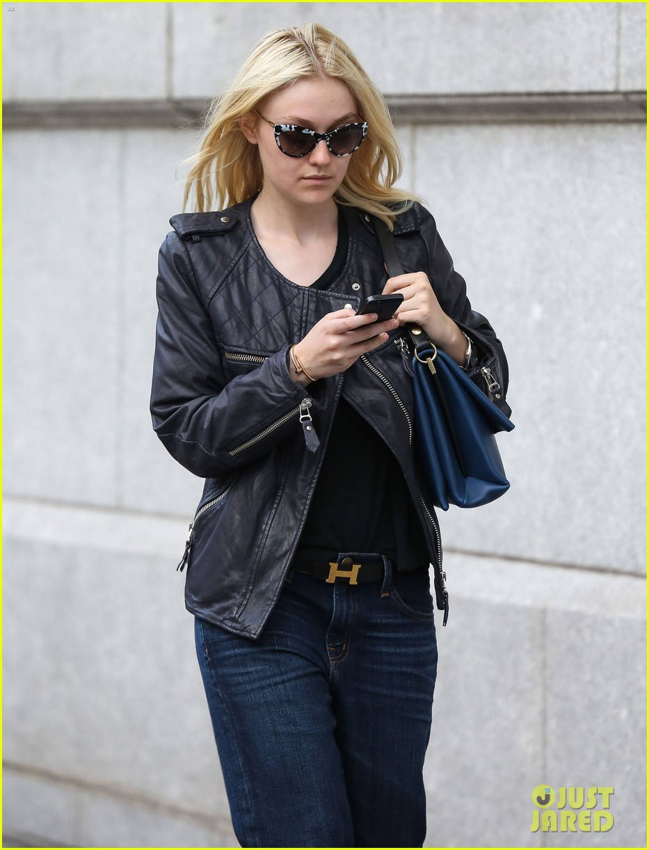 dakota fanning jamie strachan hold hands in new york 072943951