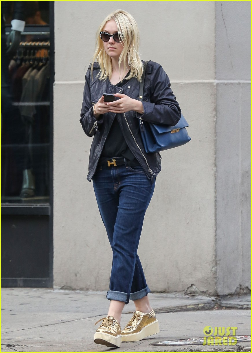 dakota fanning jamie strachan hold hands in new york 11