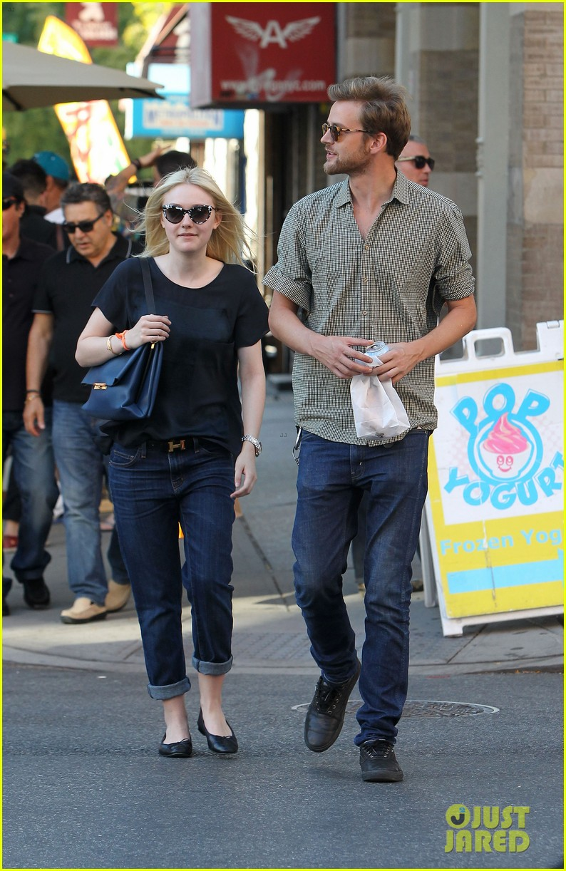 dakota fanning jamie strachan hold hands in new york 18
