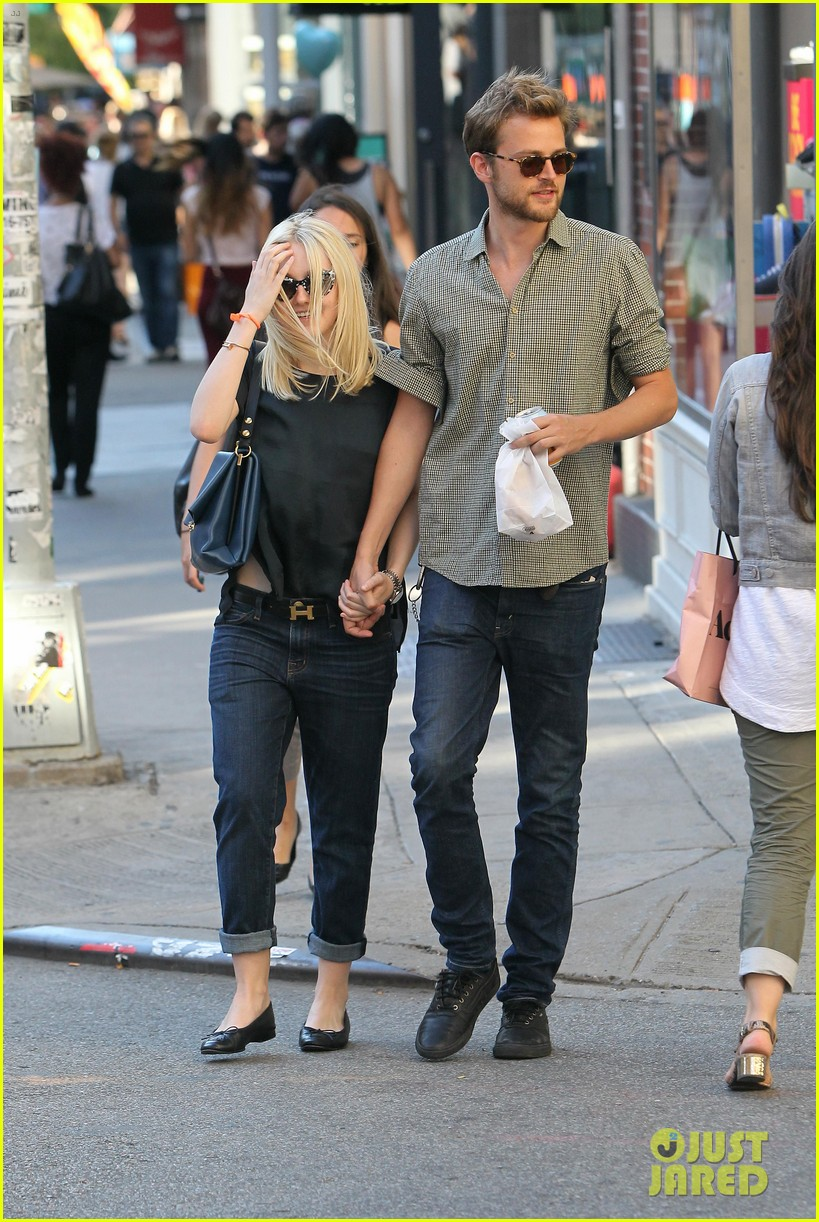 dakota fanning jamie strachan hold hands in new york 20