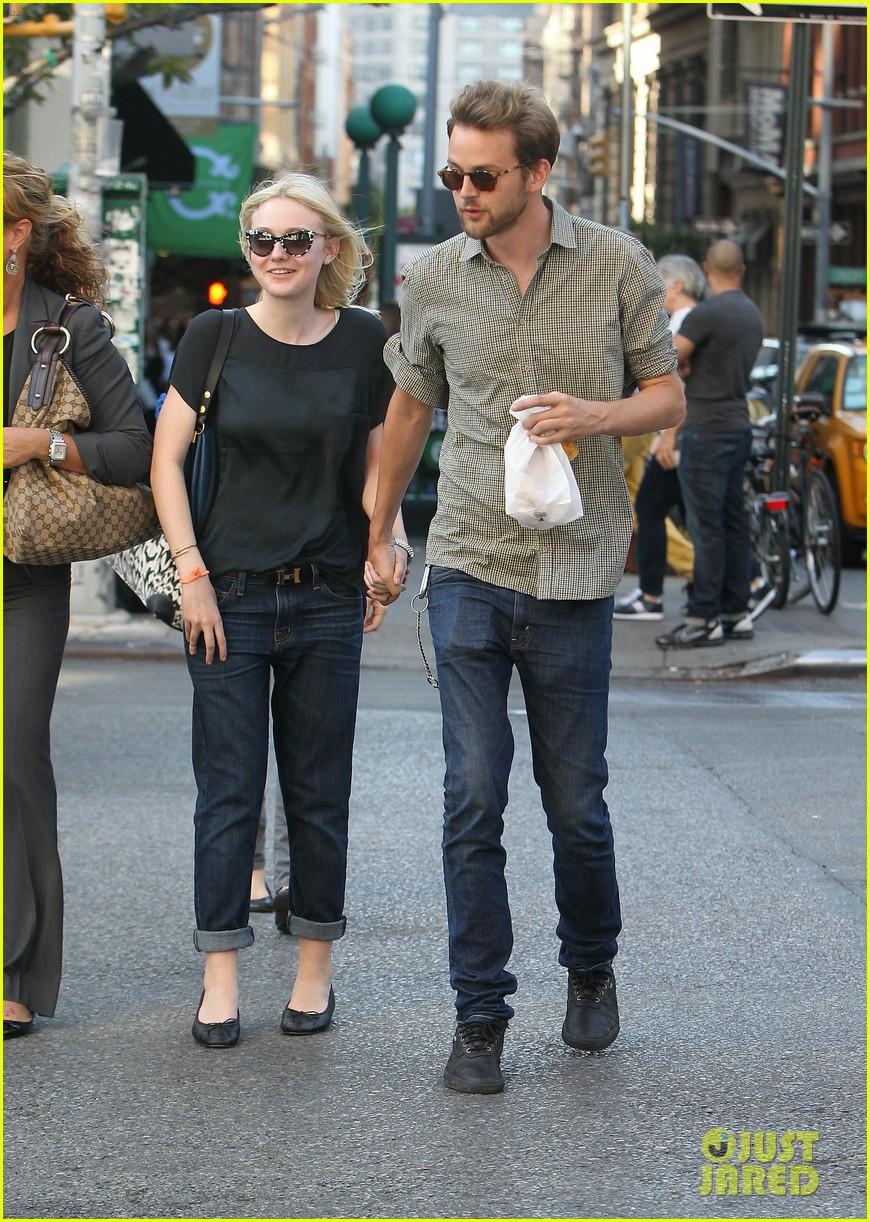 dakota fanning jamie strachan hold hands in new york 24