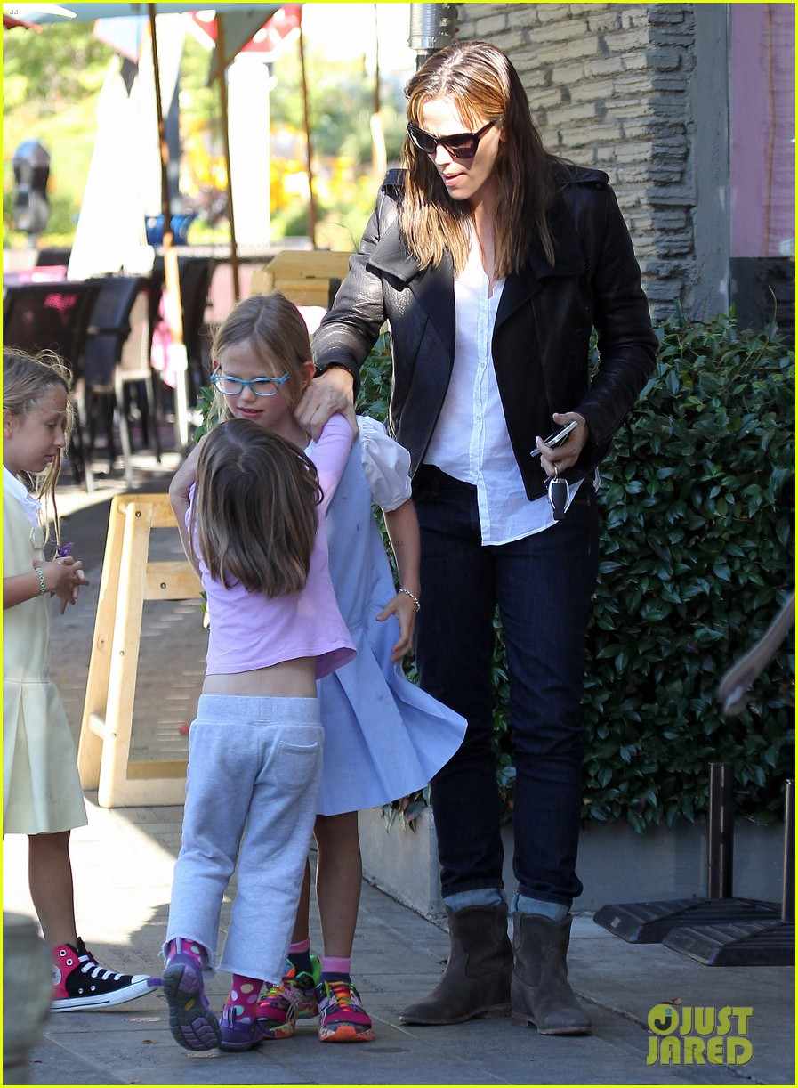 jennifer garner mommy errands with the kids 052960387