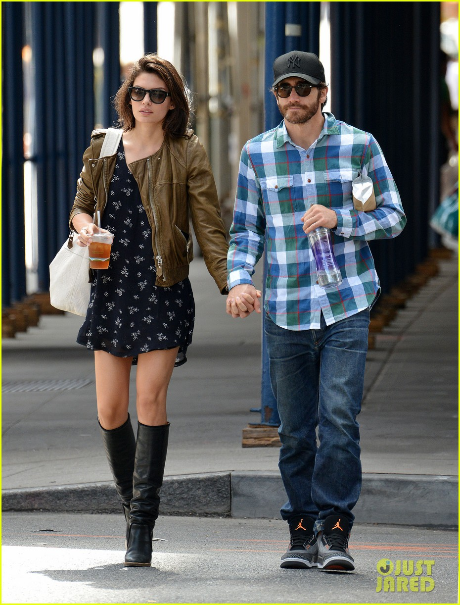 jake gyllenhaal girlfriend alyssa miller hold hands in nyc 01
