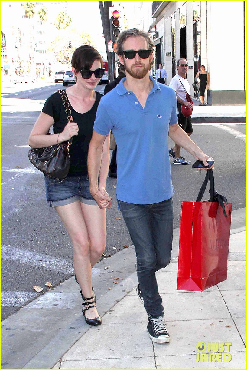 anne hathaway adam shulman pick up goodies at valentino 01