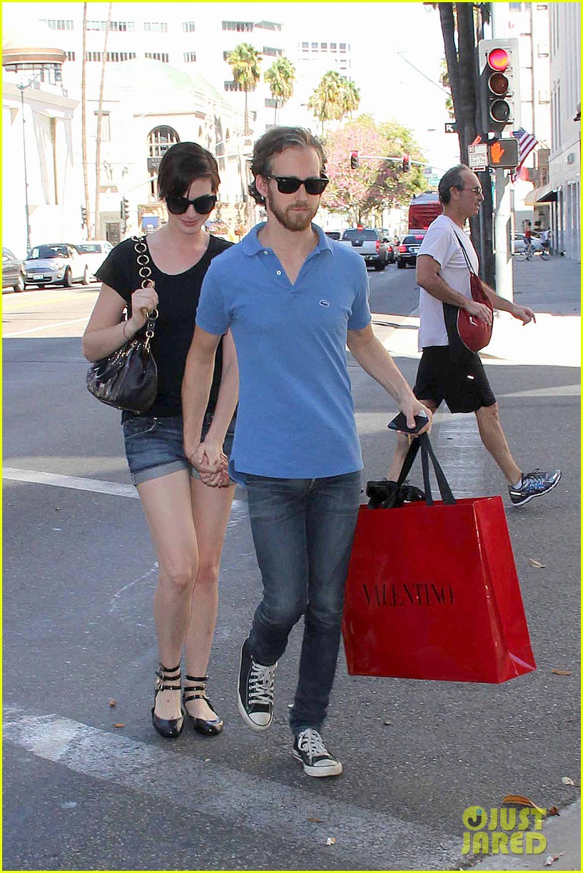 anne hathaway adam shulman pick up goodies at valentino 03