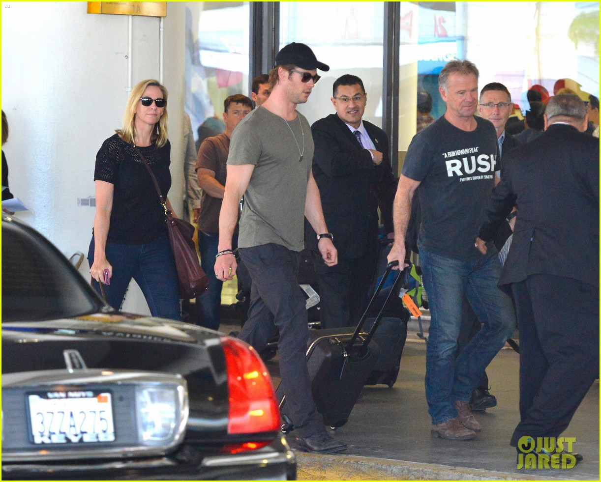 chris hemsworth bares buff arms while landing in los angeles 062953369