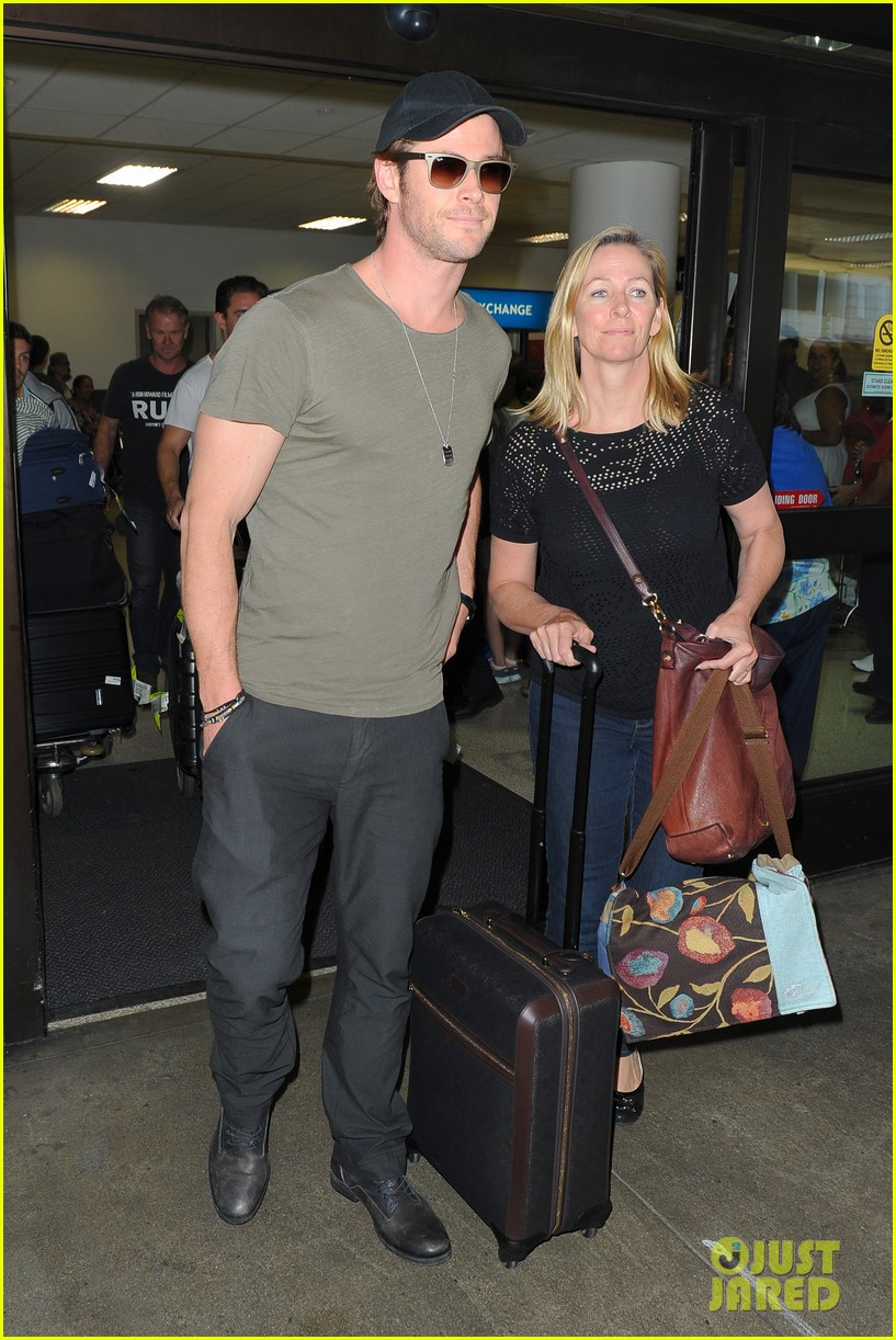 chris hemsworth bares buff arms while landing in los angeles 082953371
