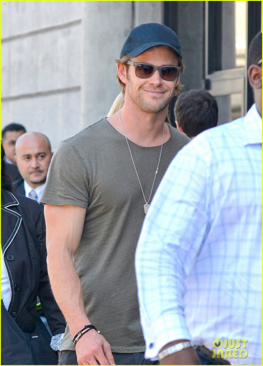 chris hemsworth bares buff arms while landing in los angeles 09