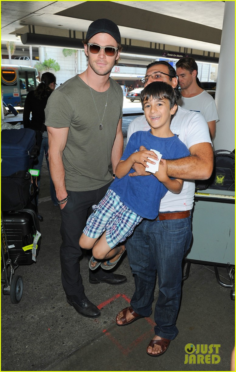 chris hemsworth bares buff arms while landing in los angeles 11