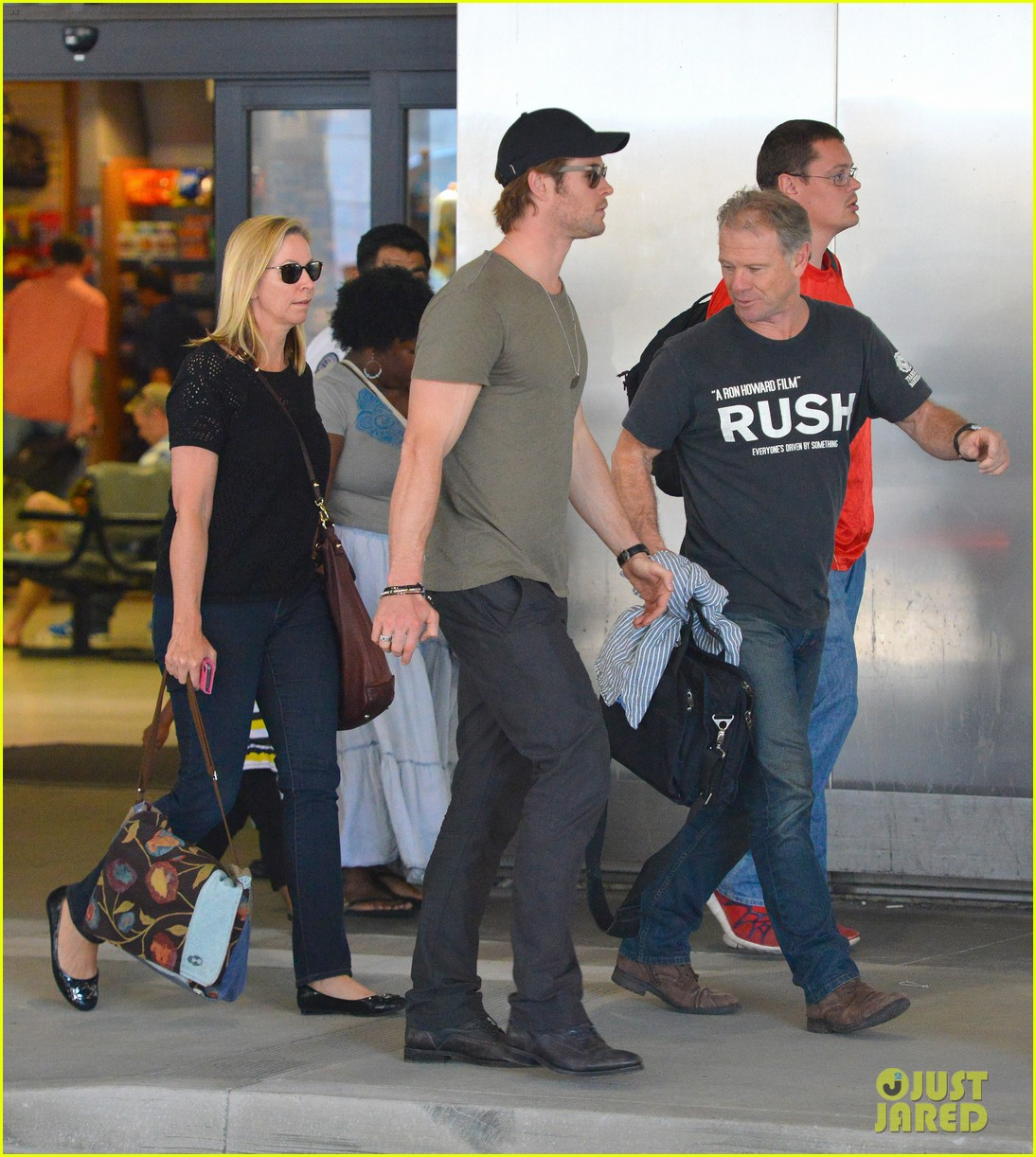 chris hemsworth bares buff arms while landing in los angeles 14