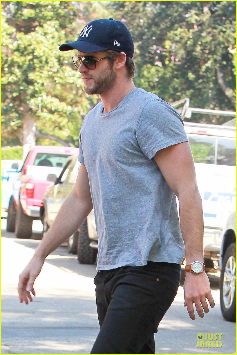 liam hemsworth visits friend after unfollowing miley cyrus 12