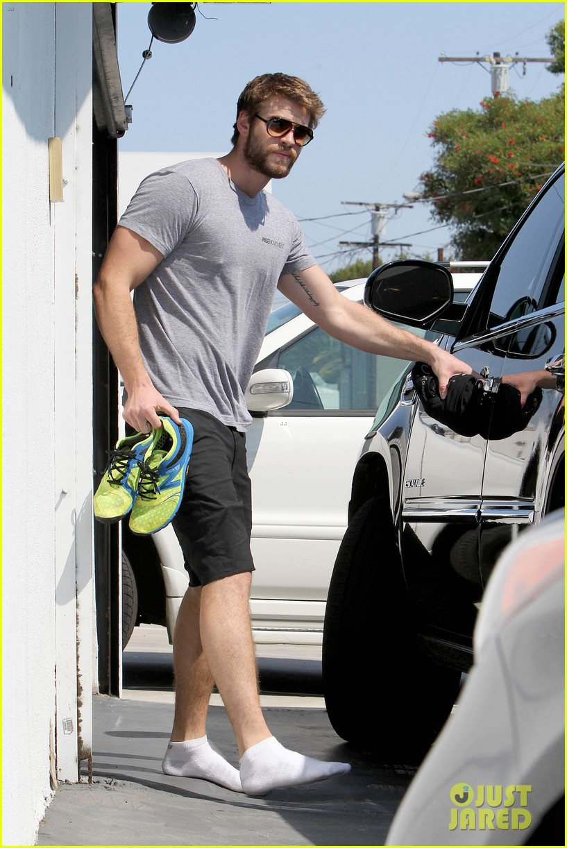 liam hemsworth steps out after new january jones rumors 02