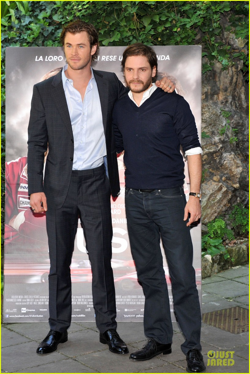 chris hemsworth daniel bruhl rush photo call in rome 03