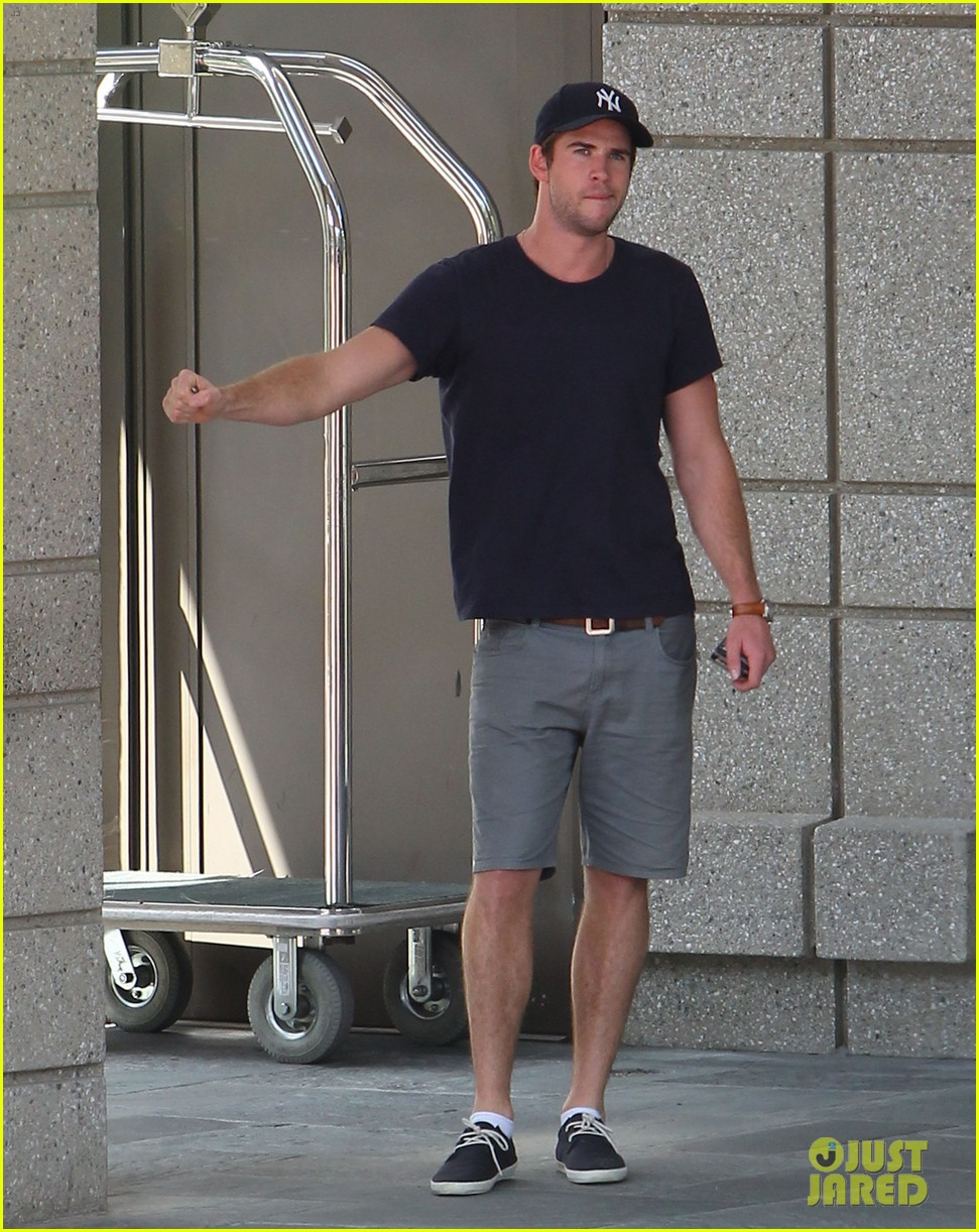 liam hemsworth spotted in atlanta after mockingjay filming begins 05
