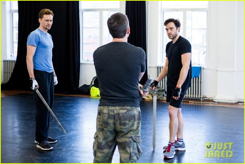tom hiddleston fight practice for coriolanus production 05